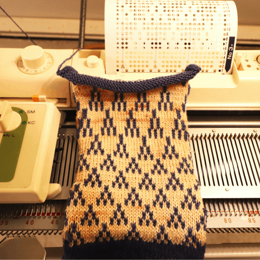 Machine Knitting with Punch card: Tuck and Fair Isle stitch pattern -